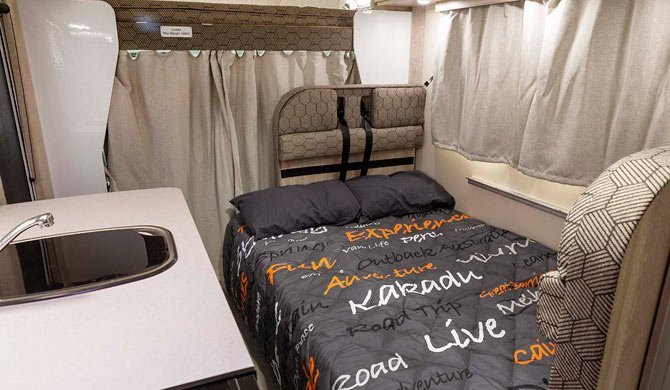 Het bed voorin de Apollo Euro Deluxe camper