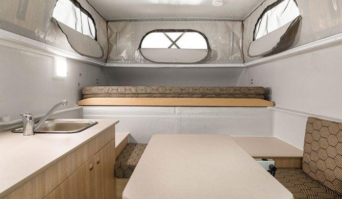 Het interieur van de Apollo Adventure camper