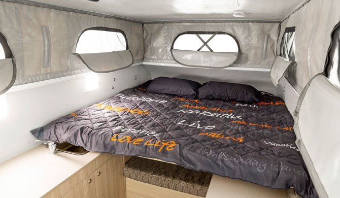 Het bed in de Apollo Adventure camper