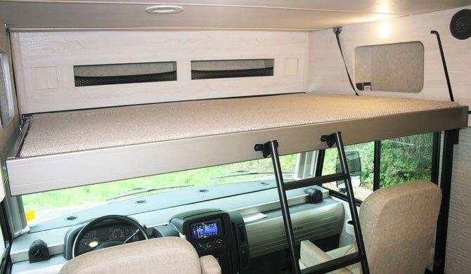 Het bed in de cab-over in de Fraserway A30 rolstoeltoegankelijke camper