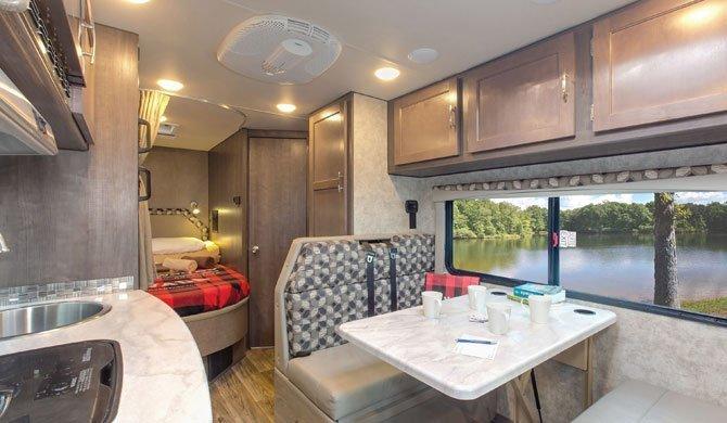 Het luxe interieur van de Fraserway C-Medium camper