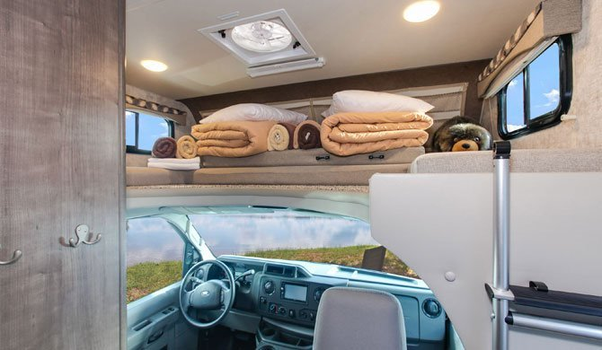Het bed in de cab-over van de Fraserway C-Small camper