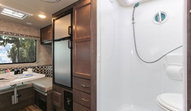 De compacte badkamer in de Fraserway C-Small camper