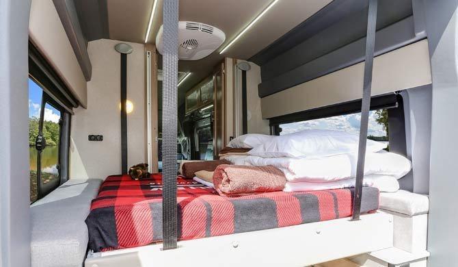 Het bed achterin de Fraserway Van Conversion camper