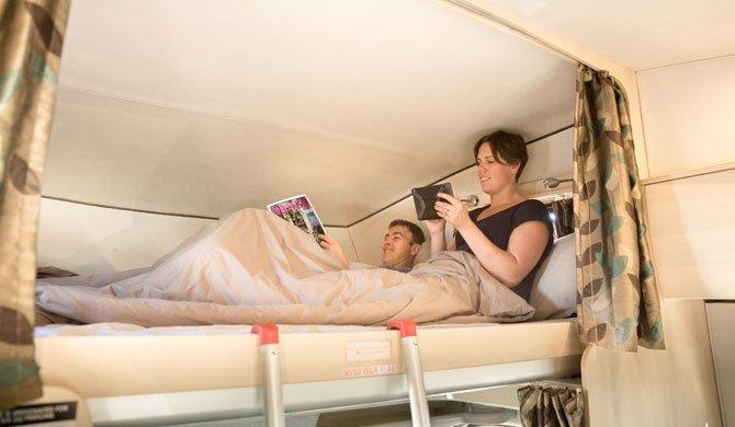 Het bed boven de bestuurderscabine in de Britz Explorer camper