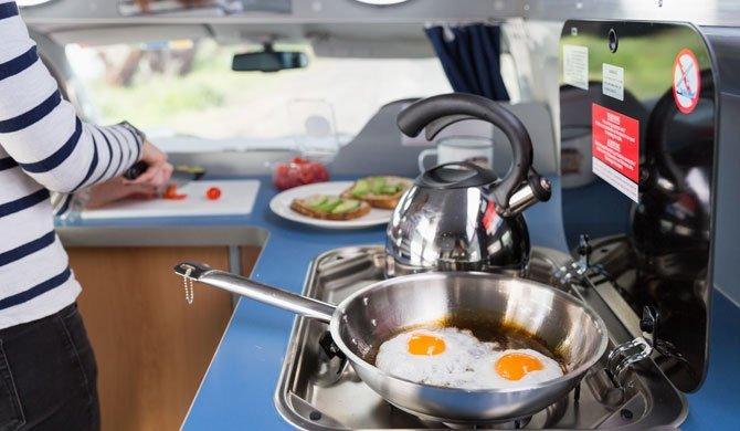 De keuken in de Britz HiTop camper