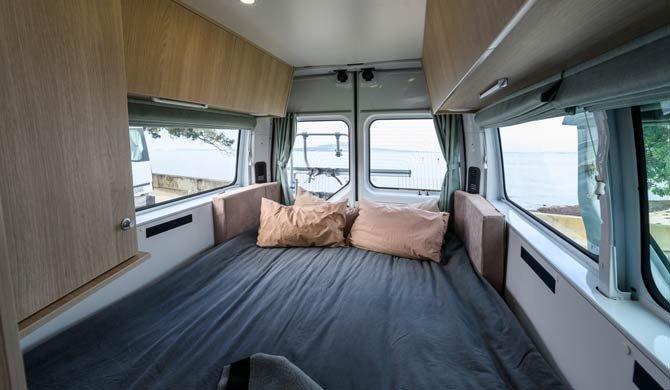 Het bed achterin de Britz Venturer camper