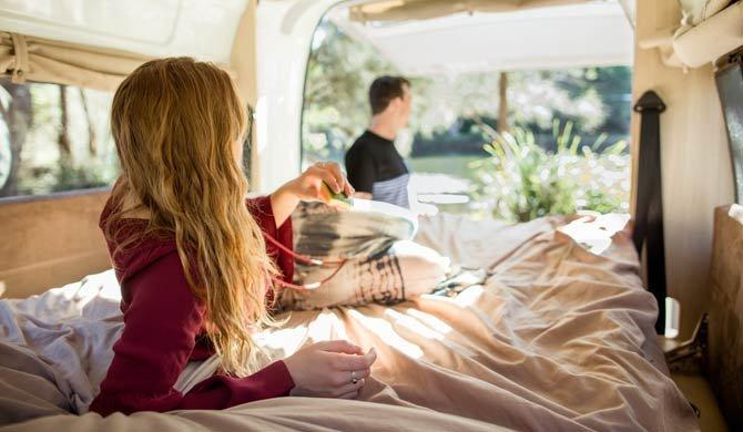 Het bed achterin de Britz Voyager camper