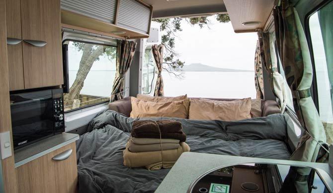 Het bed achterin de Britz Venturer Plus camper