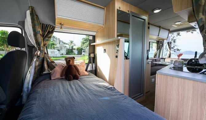 Het bed voorin de Britz Venturer Plus camper