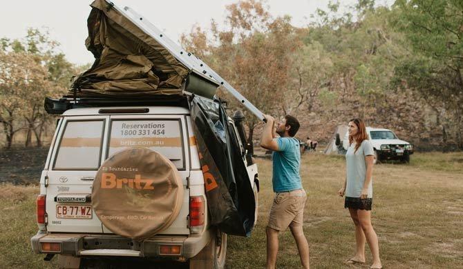 De tent op het dak van de Britz Safari Landcruiser