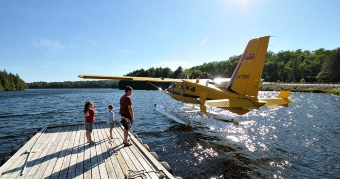 Bewonder de natuur van Canada van boven tijdens een vlucht in een watervliegtuig tijdens een camperreis door Canada