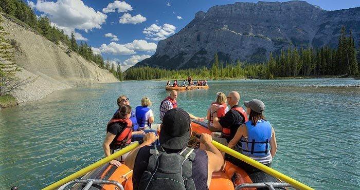 Kayak over de prachtige meren van Canada tijdens een camperreis van Victoria CamperHolidays