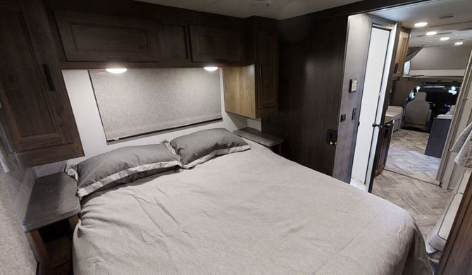 Het bed achterin de CanaDream MHX camper