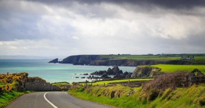 Ga op camperreis door Ierland en rij over de Wild Atlantic Way langs de kust, kliffen en levendige stadjes.