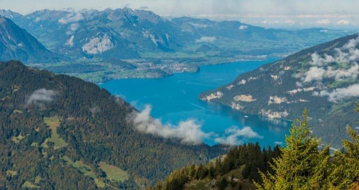 Ga op camperreis langs het Thunermeer in Zwitserland