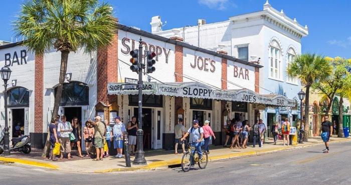 Geniet van een hapje en een drankje bij Sloppy Joe in Florida tijdens een camperreis door Amerika