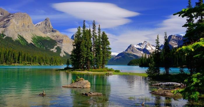 Bewonder het prachtige Maligne Lake tijdens een camperreis door Canada met Victoria CamperHolidays