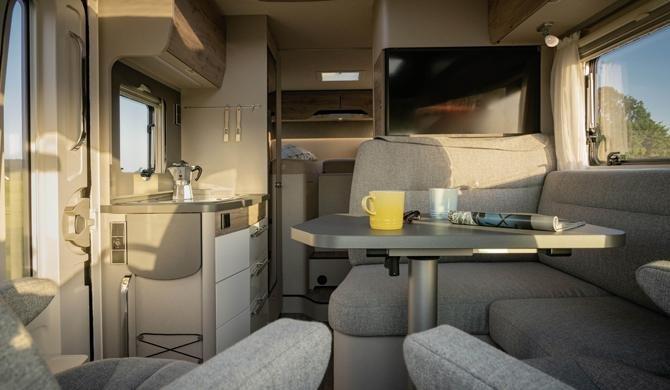 Het luxe interieur van de Rent Easy Active First camper
