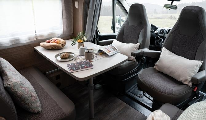 De dinette in de Rent Easy Family Classic camper