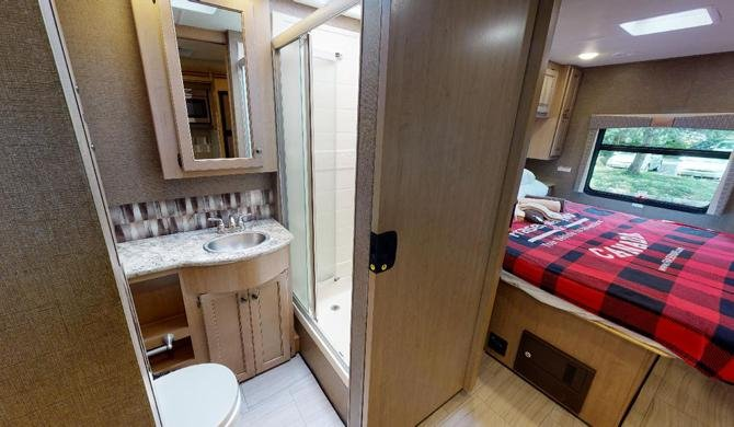 De badkamer in de Fraserway A-Luxury camper