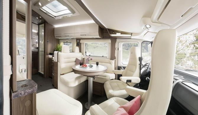 Het luxe interieur van de Rent Easy Premium Classic camper