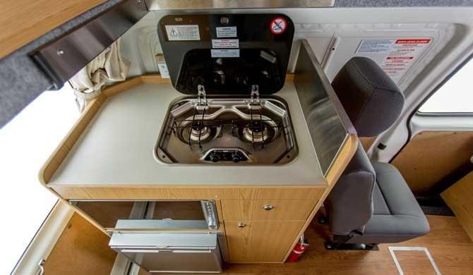 Het keukentje in de Hippie Endeavour camper