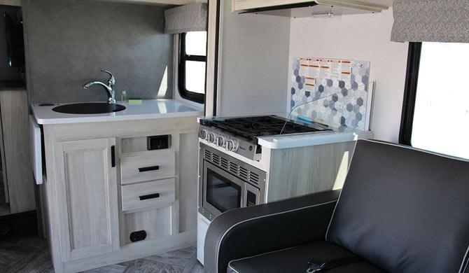 De keuken in de CanaDream MHX camper
