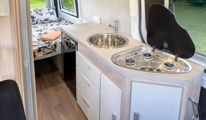 De keuken in de Lets Go 3 Berth Wanderer camper