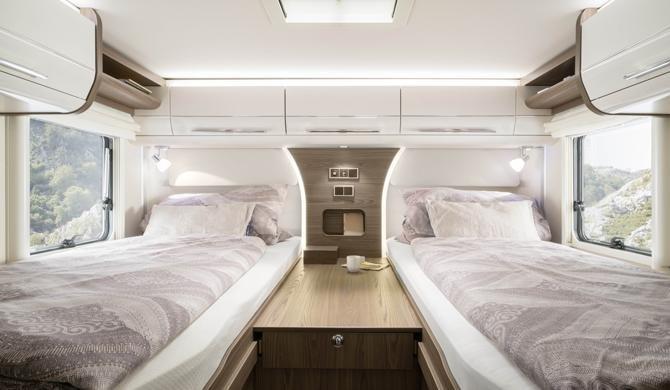 Twee eenpersoonsbedden achterin de Rent Easy Premium Classic camper
