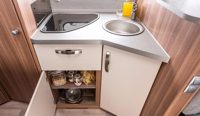 De compacte keuken in de Apollo Family Traveller Plus camper