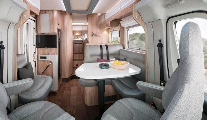 Het luxe interieur van de Rent Easy Exclusive Extra camper