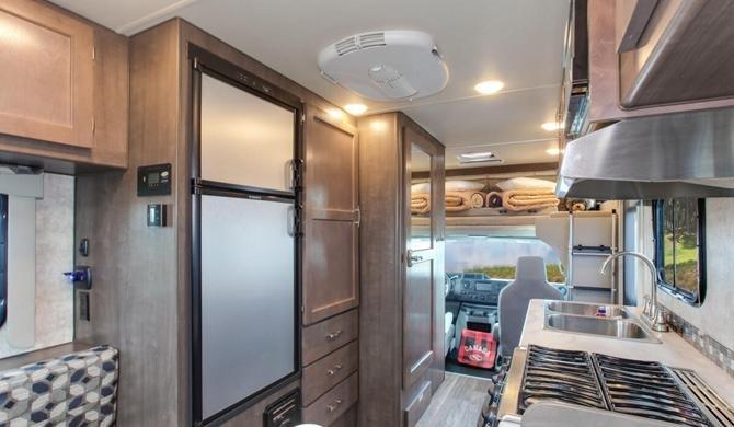 Het luxe interieur van de Four Seasons C-Small camper