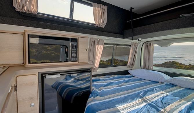 Het compacte interieur van de HiTop van Lets Go heeft alles voor een camperreis door Australië