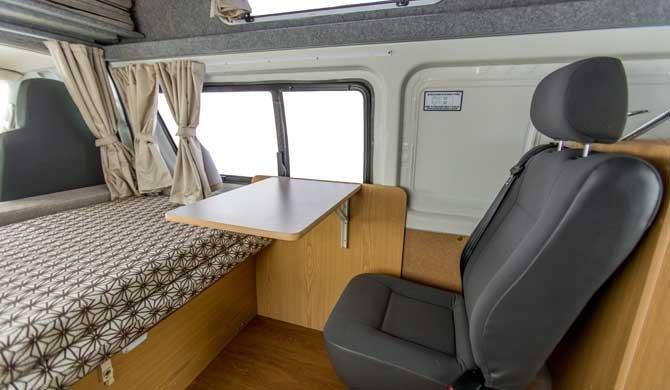 Het interieur van de Hippie Endeavour camper