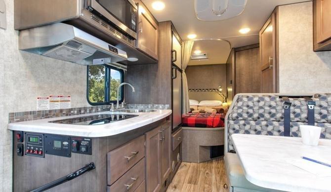 Het luxe interieur van de Four Seasons C-Medium camper