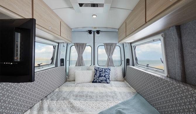 Het bed in de Lets Go 2+1 Berth Escape camper