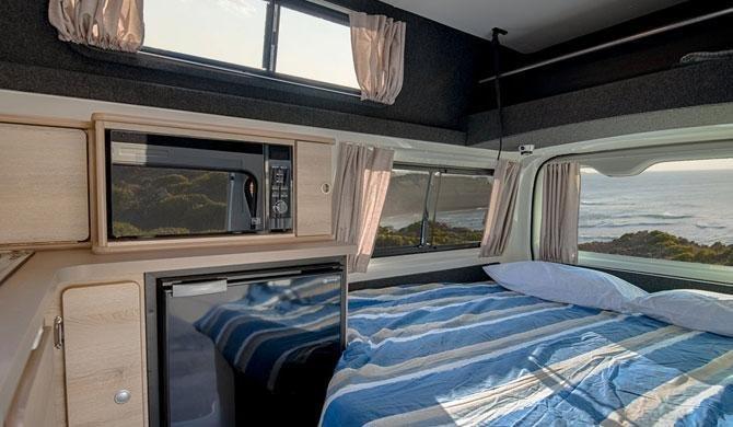 Het bed in de Lets Go 3 Berth HiTop camper