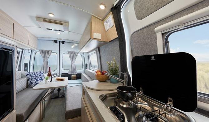 De compacte keuken van de Lets Go 2+1 Berth Escape camper