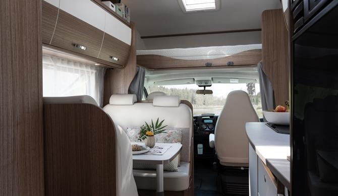 Het luxe interieur van de Rent Easy Family Extra camper