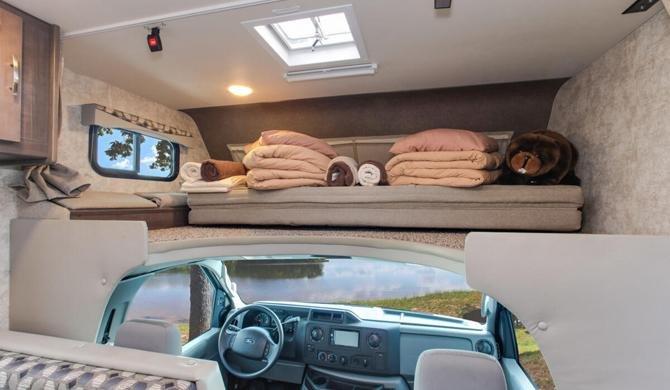Bed in de cabover van de Four Seasons C-Medium camper