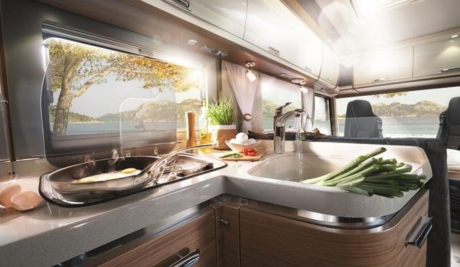 De luxe keuken in de Rent Easy Premium First camper
