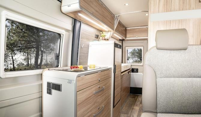 Het luxe interieur van de Rent Easy City First camper