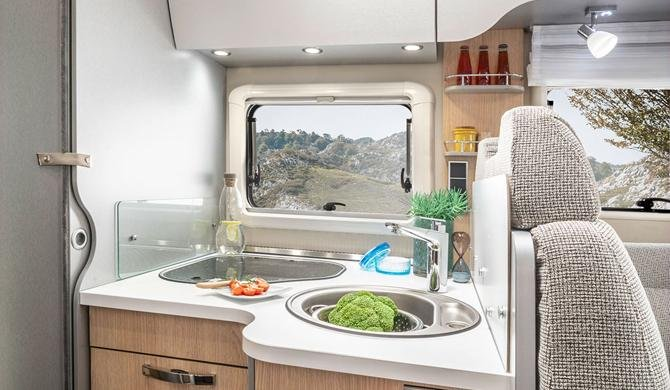 De compacte keuken in de Rent Easy Exclusive Extra camper
