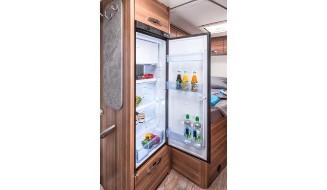 Een grote koelkast in de Apollo Family Traveller Plus camper