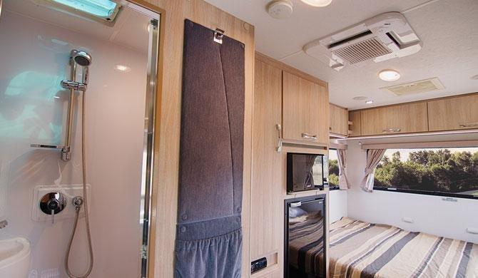 De badkamer in de Lets Go 3 Berth Cruiser camper