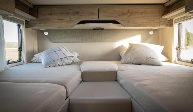 Het bed achterin de Rent Easy Active First camper