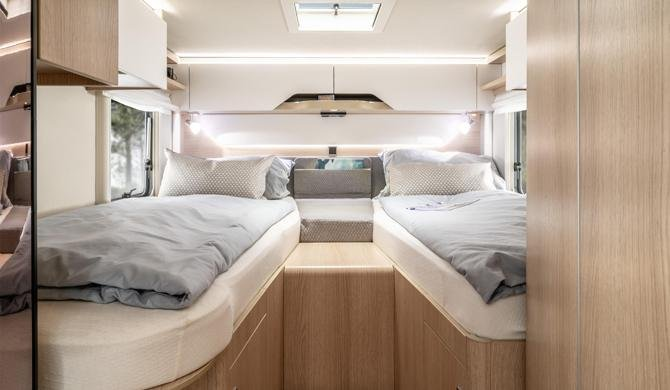 Het bed achterin de Rent Easy Exclusive Extra camper