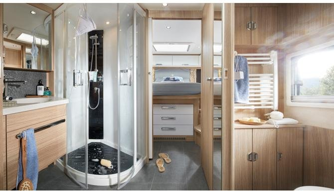 De luxe badkamer in de Rent Easy Premium First camper
