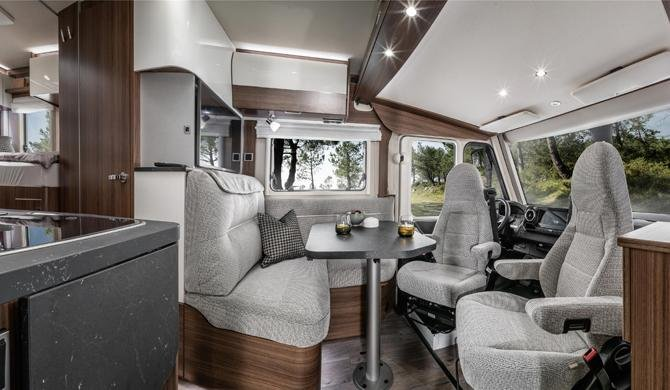 De dinette voor in de Rent Easy Exclusive First camper